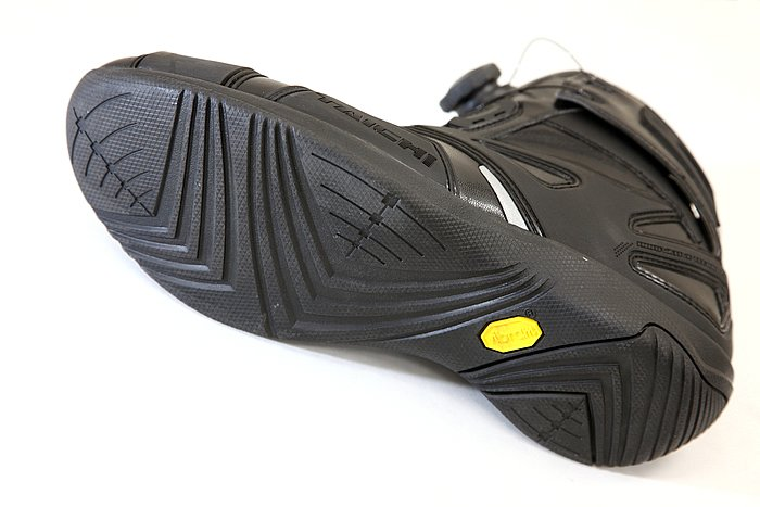靴底は定評あるビブラム社製ソールを採用。普段歩きに疲れにくいのはもちろんのこと、ライディング時の滑りにくさも備える。見えるところではないが、ソールパターンもなかなかカッコいい。