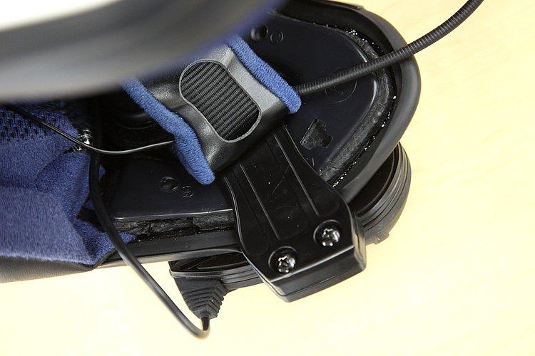 F5本体をヘルメットに装着する方法は2種類ある。こちらは専用アタッチメントで、ヘルメット側部を挟み込み固定する方法だ。ご覧の通り2本のビスを使いしっかりと固定できる。