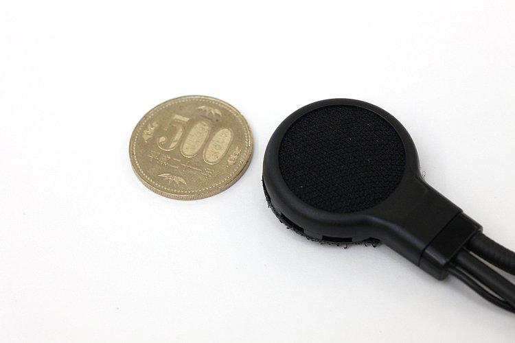 ステレオスピーカーは小型で薄く、ヘルメットのチークパット内部に装着することも可能。そのためか音楽を聴くときはやや低音が弱く感じられるが、音声通話には必要にして十分な音質だ。