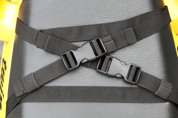 固定用のバックル付きベルトハーネスは、シートに通すループタイプと、フックに引っかける2種類のタイプが付属。使わない時にバックルを留められるように考えられており、邪魔にならない。