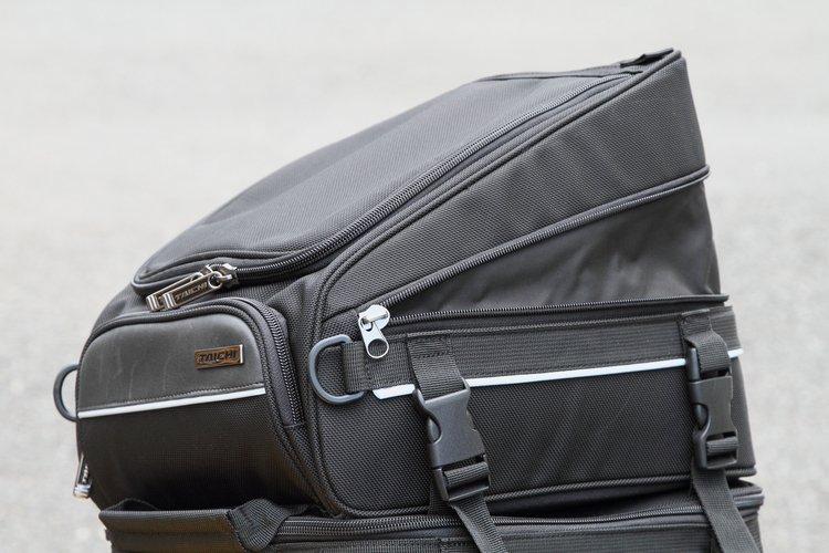 上下のバッグのうち、アッパーバッグはファスナーを開くことで容量をアップさせることができる。ツーリング先でついお土産をたくさん買いすぎても、この機能があればあわてずに済む。