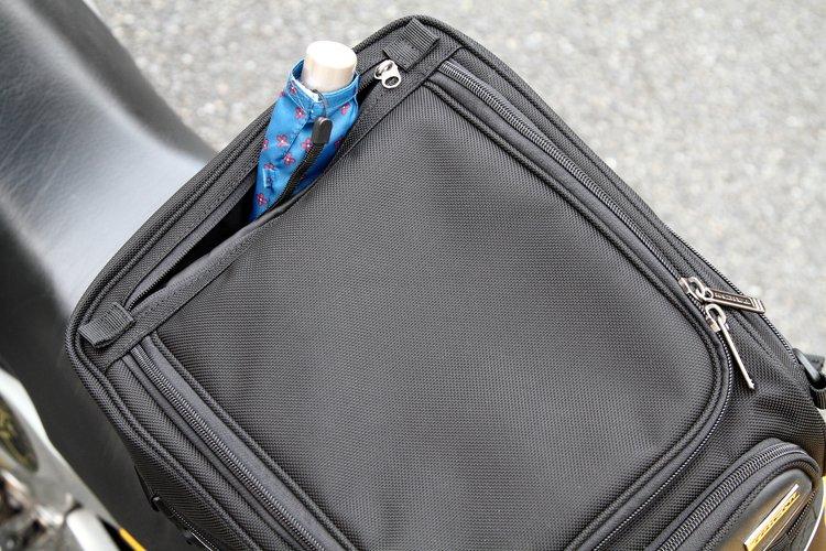 アッパーバッグのライダー側には深めのポケットがあり、信号待ちなどでの出し入れに便利。また、リア側にはアウターポケット、メインフラップの内側にはメッシュポケットを装備している。