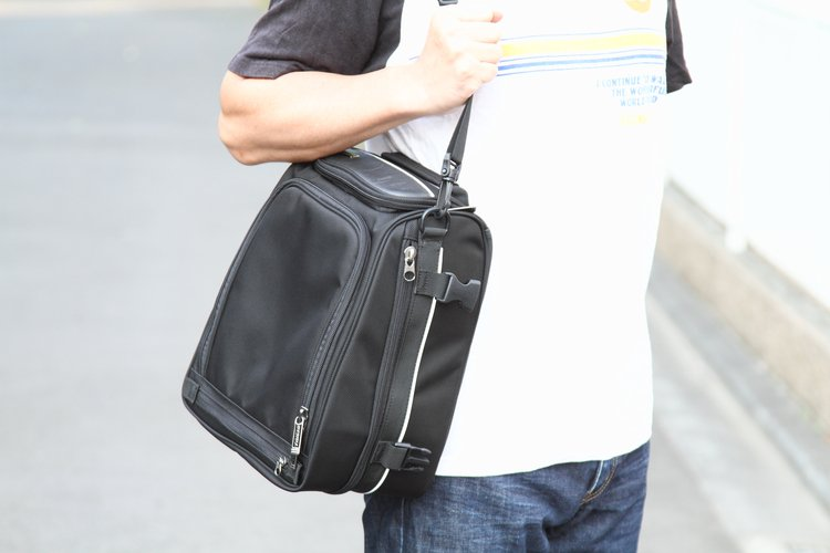 ショルダーベルトが標準で付属している。アッパーバッグを取り外し、Dリングにベルトを装着すればショルダーバッグとして利用可能。観光地などでカメラや貴重品を持ち運ぶにも便利で安心。