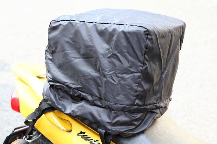突然の雨にも対応できる、レインカバーが標準で付属している。本体に合わせてブラックフィニッシュされたレインカバーは、アッパーバッグを容量アップした際にも対応できる形状になる。