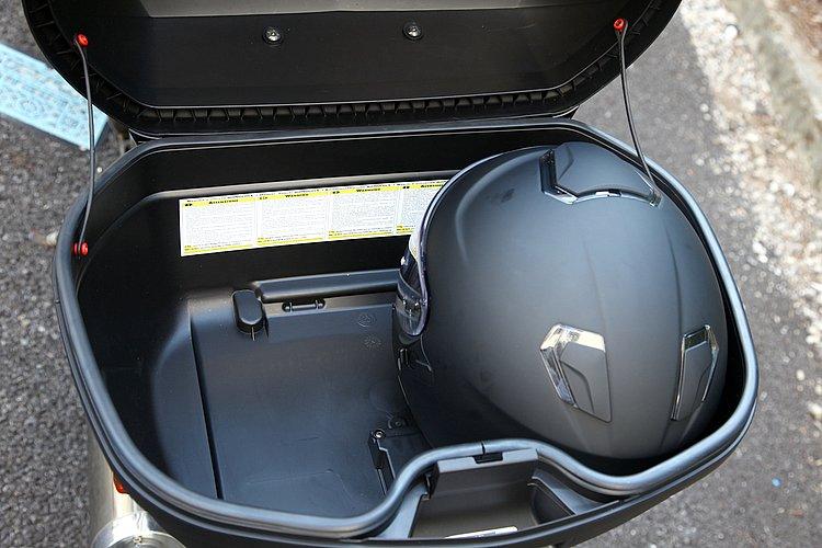 フルフェイスヘルメットを2個収納できる大容量。タンデム用途にはもちろんのこと、2泊以上のツーリングでもたっぷりと荷物を収納できる。旅のみやげものを持ち帰れるのがうれしい。