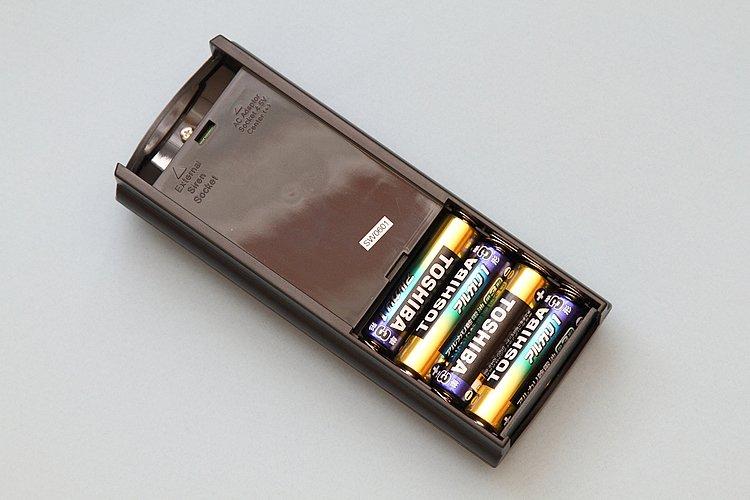 どこでも入手可能な単3型電池を電源に使用。交換は、ねじ止めの裏蓋を外すだけと簡単だ。電池寿命は約4ヶ月とされるが、アラームを鳴らさなければそれ以上持つと思われる。