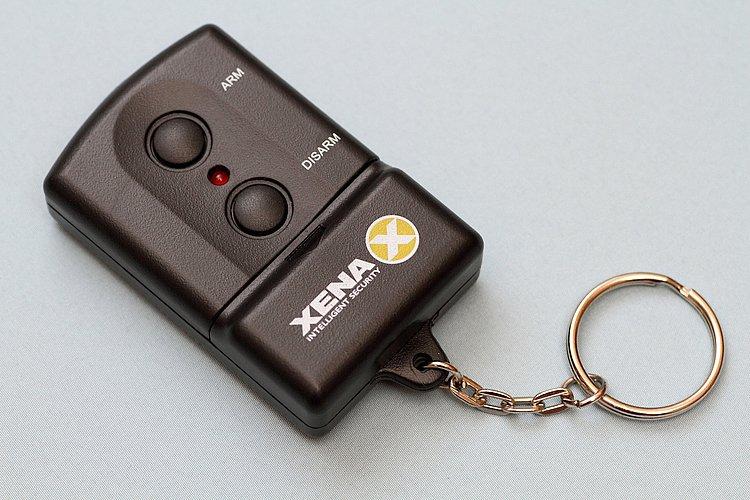 スイッチ一つでセキュリティをオン、オフできるリモコンが付属。離れた場所から操作できるので便利だ。本体の単3型電池は別売りだが、リモコンにはモニター用のボタン電池が付属。