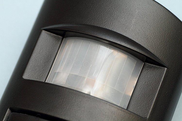 本体上部には、不審者の侵入を見張る赤外線センサーを装備。横方向は約10m、110°の範囲、高さと縦方向は6m、60°の範囲内に入るとアラームが鳴る。設置場所検討の参考に。