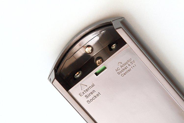 裏蓋を開けた本体上部には、オプション類の接続端子を装備している。写真左側は別売りの増設スピーカー用で、離れた場所でもアラーム音を確認できる。右側は別売りのACアダプター用。