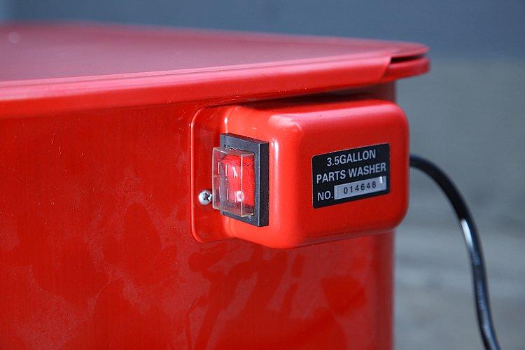 洗油を循環させるためのポンプの電源スイッチは本体右側に設置されている。ビニールカバーがついているので、汚れていたり濡れた手指での操作もOKの安心設計となっている。