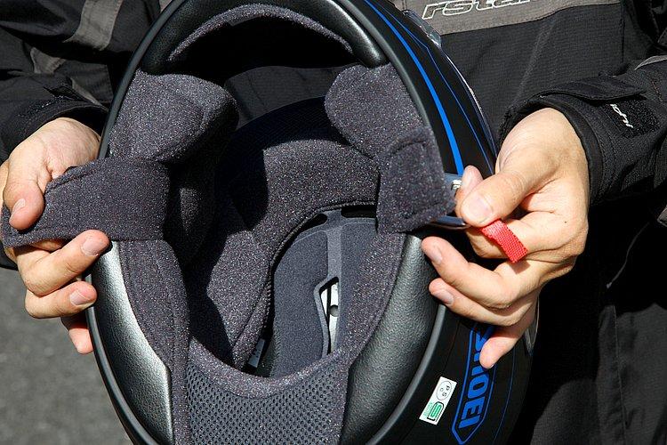 帽体は3サイズ展開ながら、4サイズの内装システムにより、さらにフィット感を高めることが可能。内装は肌触りもよく、着脱も簡単。チークパッドには眼鏡用のスリットが設けられている。