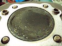 ヘッドを開けずに燃焼室の汚れを落としてくれるため、非常に低コスト。定期的に添加することでエンジン寿命が延びる。