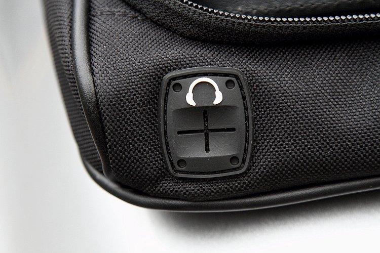インナーケースの背面とアウターバッグの手前側にはコードホールを装備している。端末からのイヤホンコードやバイクから電源を取る際のコードなどを、スッキリとまとめることが可能だ。
