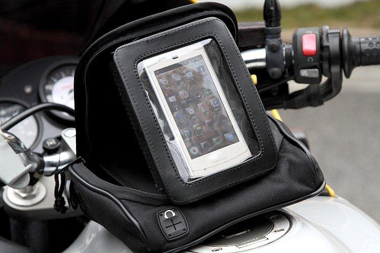 一般的なポータブルナビに対応する横置きのほか、スマートフォンなどを使用する際に便利な縦置きも可能となる。いずれの場合もベルクロでガッチリと固定され、グラつきは気にならない。