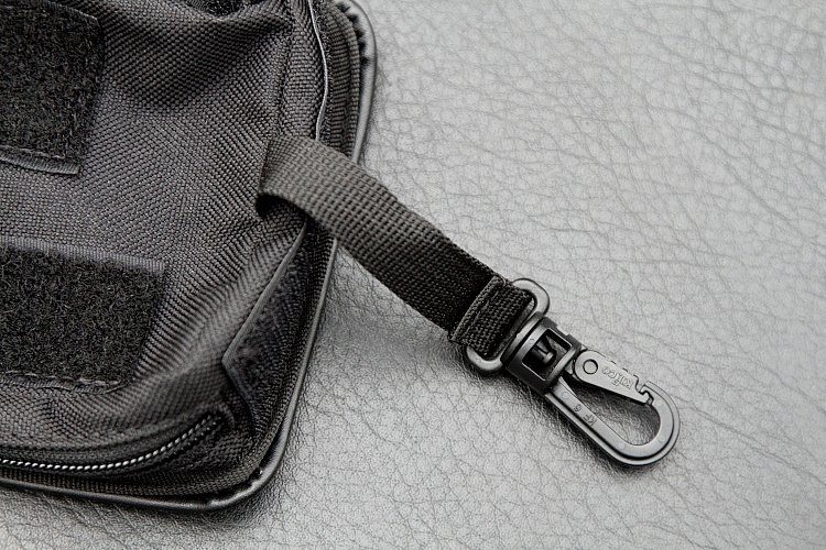 ナビケースにはフックつきの脱落防止ベルトを装備。バッグの台座部分にあるDリングに装着しておけば、万一ベルクロがはがれたとしても、ナビがバッグから落ちるのを防ぐことができる。