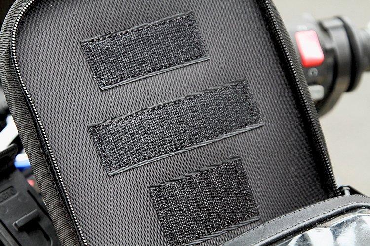 本体のふたの裏に当たる部分と、インナーケースの背面にはそれぞれいくつものベルクロテープが縫い付けてあり、どの位置に固定するかで、画面の角度を最適な位置に調整可能。