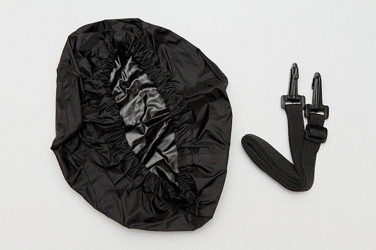 雨天時はナビをバッグ内に収納するため使用することはできないが、全体を覆うレインカバーが付属しているので安心。ショルダーベルトも付くので、観光地などで持ち歩くにも便利だ。
