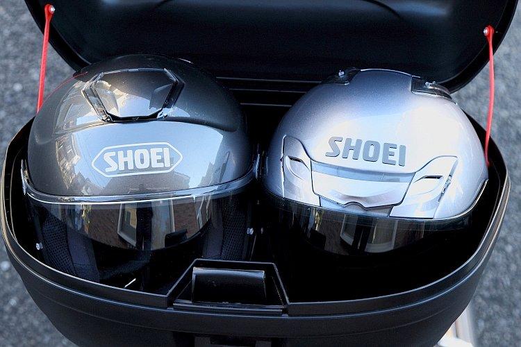 容量43リッター。SHOEIのJクルーズとJフォース III というジェットヘル2つがギリギリ入る。帽体の小さい物ならフルフェイスでも2つ入るだろう。これだけ入れば日常から旅まで余裕なはず。