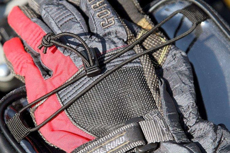 有料道路の料金所などで、一時的にグローブを脱いだ際にパッと挟んで保持しておくのに便利なゴム製ホールディングコードを装備。ロックつきのため、締め具合もワンタッチで調節可能。
