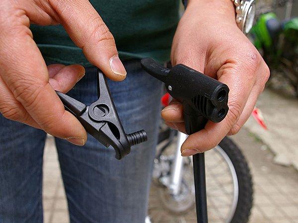 ノズルの形状はバイクだけでなく、自転車にも対応。固定用ロックもついているので作業中も外れにくい。