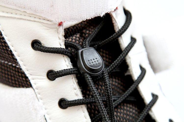 ワンタッチで靴ひもを任意の位置で固定することのできる、シューレースストッパーを装備。靴ひもを締める動作が必要ないため、履く、脱ぐという行動をかなりスピーディに行うことができる。