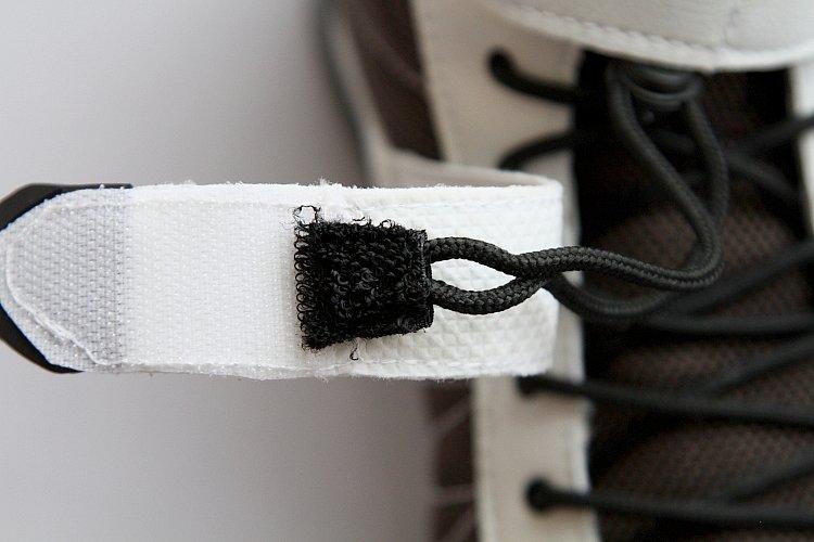 靴ひもの先端にはベルクロが縫い付けてある。これをベルト内側のストッパーに付けていれば、走行中にひもが暴れて車体に絡むこともないし、ひもを調節する際にも邪魔にならずに済むのだ。