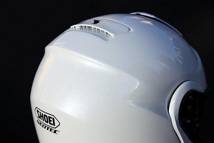 風洞実験設備での度重なるテストにより、高速走行時の安定性と風切り音を効果的に軽減する形状が求められた帽体。シルエットをクールに見せる効果もあり、ネオテックのアイコンにもなる。