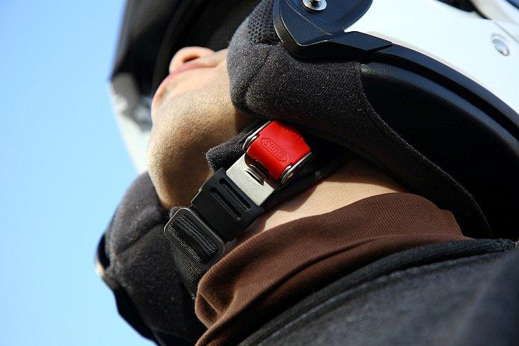 アゴ紐の固定はバックル式となっており、すばやい着脱が可能。ロックを解除するプッシュボタンはやはり赤く、第三者が脱がせやすい設計。バックルは安全性と耐久性に優れるステンレス製。