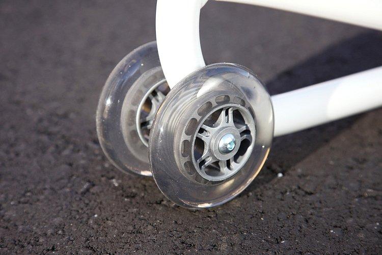スタンドを支えるのはダブルホイール仕様のキャスター×2。つまり4輪構造なのでリフトアップ時にしっかりと安定する。コツはスタンドをバイクに潜り込ませるようにリフトアップすることだ。