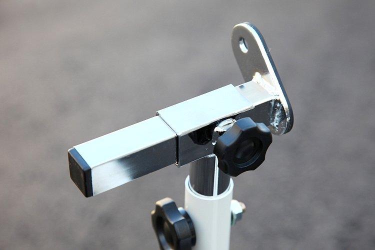 スタンドの受け部分はスライド式になっており、スイングアーム幅に合わせて無断階調節が可能。こちらもやはり大型ノブ付きボルトで、カンタンに調整できる。セカンドバイクにも安心して使える。