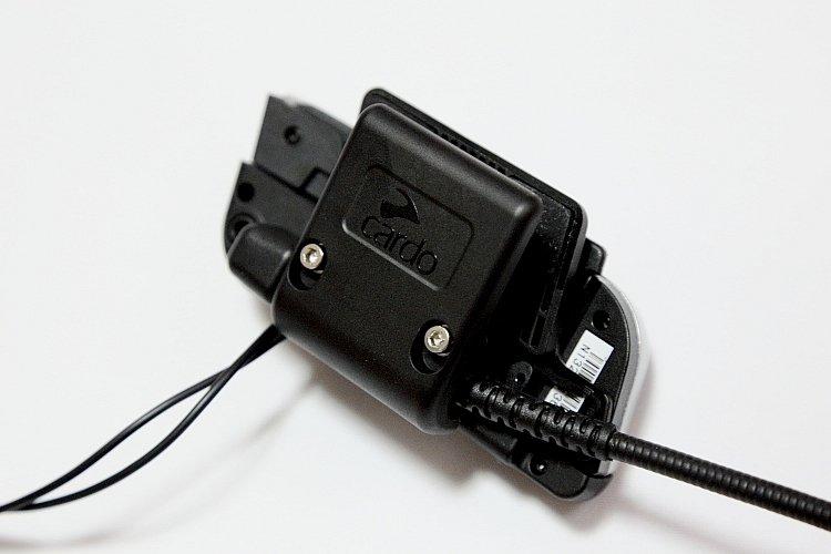 本体をヘルメットに装着するベースプレートはクリップ留め。ネジを締め込むことでガッチリと固定できる。他に両面テープによる張りつけ形のベースも付属しているので、好みで選べる。