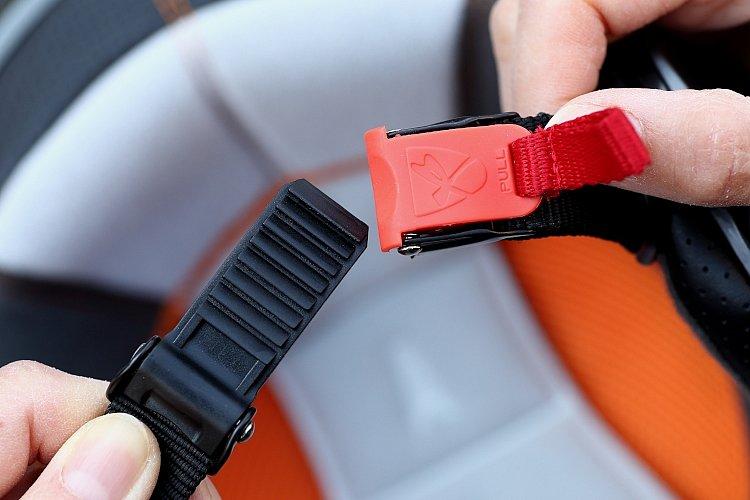 あご紐には便利なラチェット式のワンタッチバックルを採用。締め付け具合の微調整が一瞬で行えるほか、赤いナイロンのタブを引くだけで解放できるため、着脱がすばやく行える。