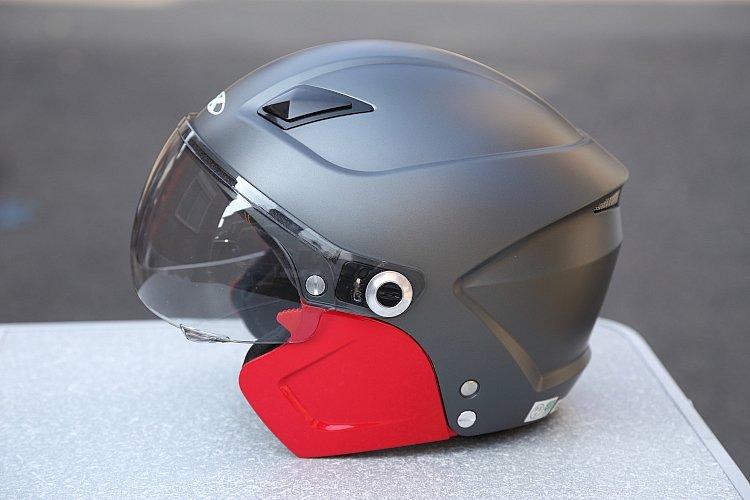 チークガードのみを別カラーに入れ替えてみた例。これだけでまったく違った印象になる。赤い部分を除いたシルエットがハーフ型のもので、横ノリ系ヘルメットに近いことがわかるはず。
