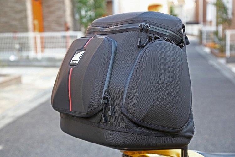 対応するバッグ類の種類も豊富で、空気抵抗の少ないフォルムのものも。この「エアロミストラル 1」は型崩れしないセミハードタイプで、肩掛けストラップやストームカバーも付属。