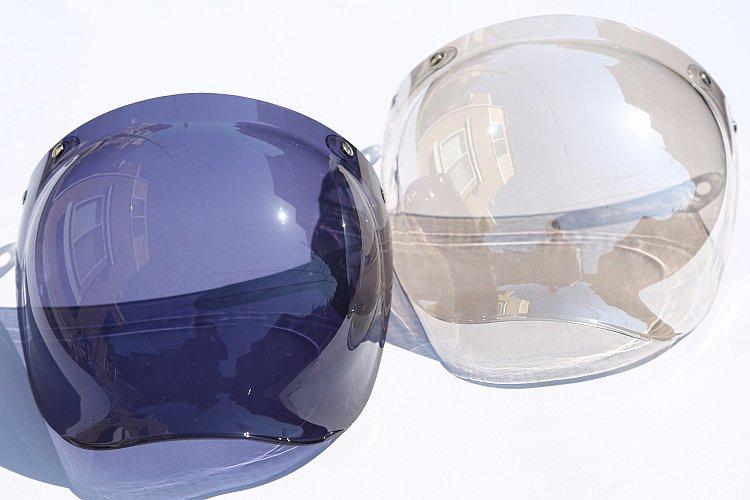 専用のスペアシールドもリーズナブルな価格で用意されている。左は一般的なスモーク。右はクリアシールドにシルバーミラー加工を施したもので、夜間でも見やすいタイプだ。