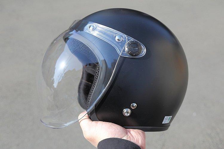 従来製品の帽体がABS樹脂を使用していたのに対し、XX-606ではFRPを採用。これにより、帽体の大きさの割に軽量とすることに成功。実際、片手でヒョイっと持てるほど軽い。