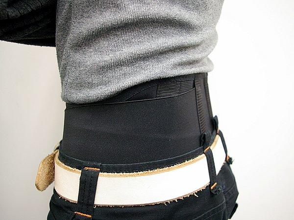 独自のベルト形状のおかげで激しいライディングでも体の動きを妨げず、腹部の圧迫感はほとんど無い。