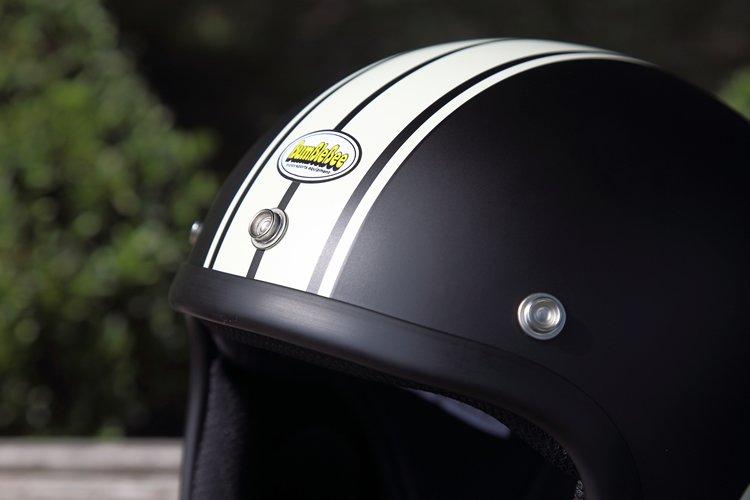 レーシングイメージを高めるスタイリッシュな縦ストライプがデザインをキリリと引き締め、スポーティな印象。スナップボタンを装備しているので、シールドやバイザーなどを簡単に取り付け可能だ。