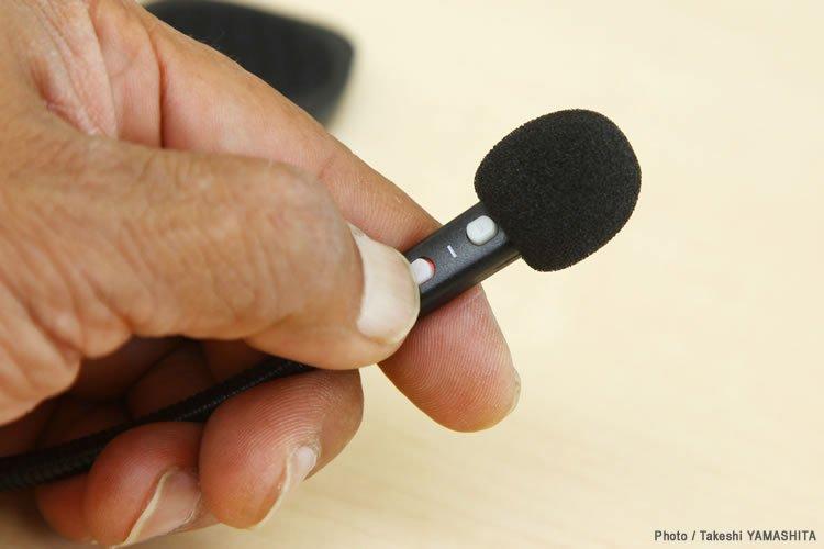 音量調整用のボタンが電源オンオフ、ペアリング、着信などの機能にも対応する。電源オンやペアリング時はそれぞれのボタンがLED発光(赤と青)し、本体の状態を知らせる。