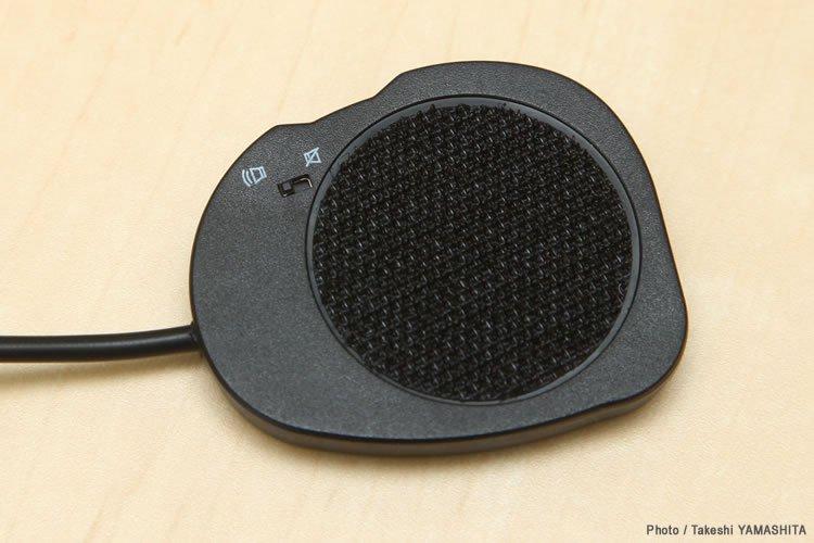 スピーカーにはあらかじめベルクロテープが装着されている。右側スピーカーにはオンオフスイッチが備わっているので、音声のみを聞く場合はオフにすることも可能だ。