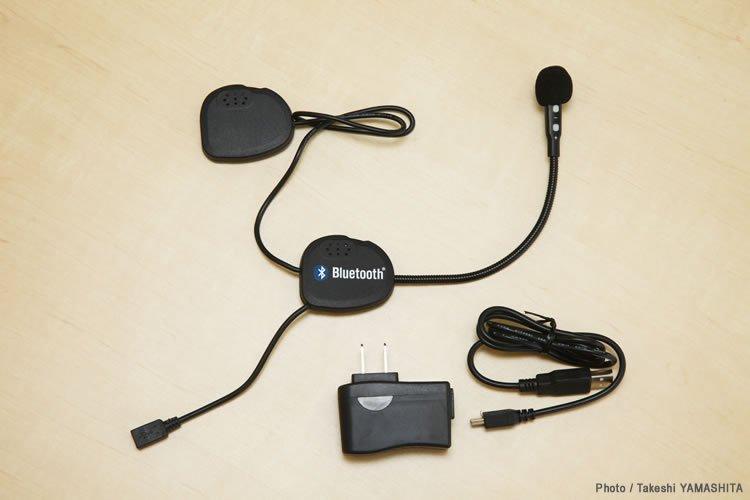 スピーカー、マイク、本体が一体となっているため、システムは非常にシンプルだ。充電用USBケーブル(Aタイプ‐ミニBタイプ)とACアダプターが付属する。