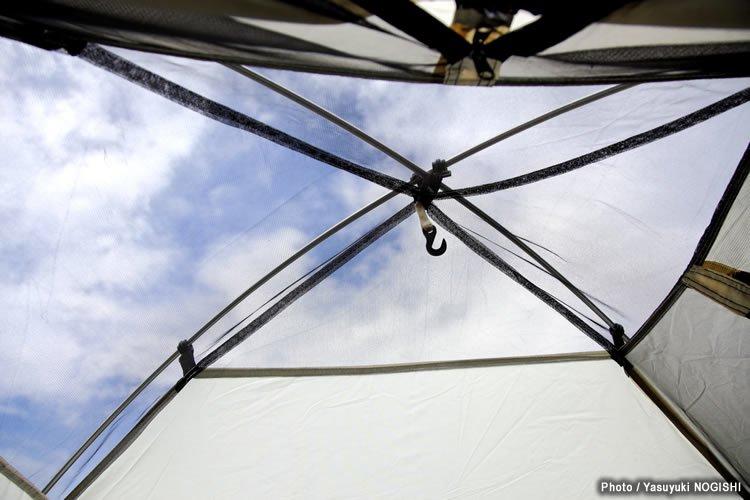インナーの天井部分は大きなメッシュとなっていて通気性は抜群。夏の晴れた夜など、フライシートをはずせば満天の星空を眺めながら寝る、なんてことも可能。中央にはライト類を吊るせるフックも装備。