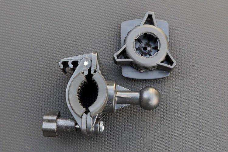 マウント本体の取り付けはハンドルに挟み、ネジで締めるだけと超簡単。その後プレート裏の丸い部分をボールジョイントに差し込み、三角のネジを締め込んでいくことで取り付け位置や角度を固定する。