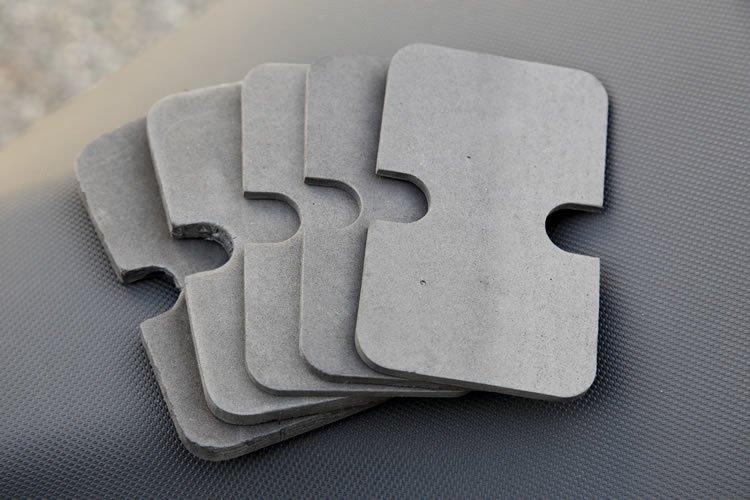 中に入れたスマホなどがぐらつかないよう、厚みを調節できるインナーパッドが付属。10mm厚×2枚、5mm厚×3枚の計5枚が標準でついてくるため、細かい調節が可能。これなら機種変更しても安心だ。