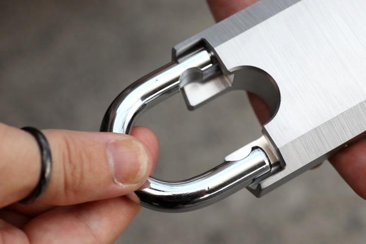 付属する錠前は『MUL-T-LOCK』G55Pで、強度ランクは3というスペックを持つ。これはイギリスが定めるBS-CENという規格で、+1、+2を含む1~6の18段階で評価されるものだ。