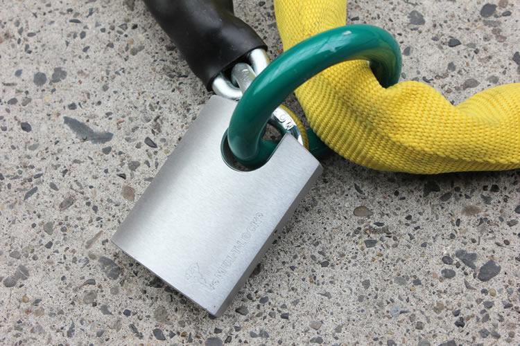 錠前のシャックルが本体に深く入り込む構造のため、リングを通した状態ではカッターが入り込む隙間がなく、高い安全性を保つことができる。