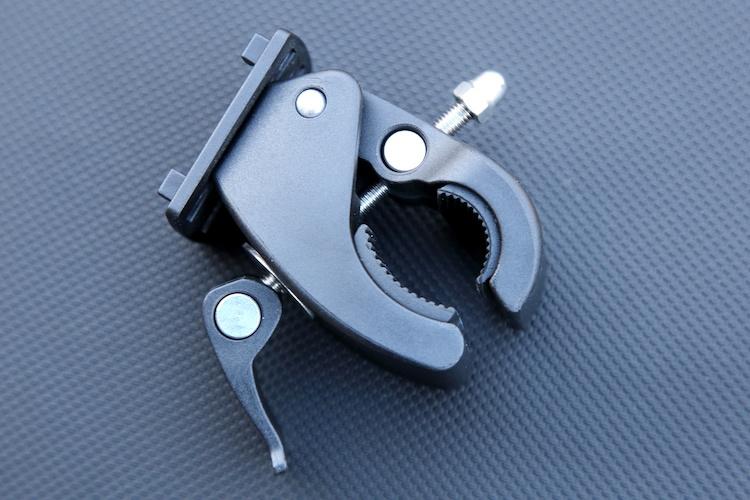15~40mmまでのパイプハンドルをホールドできるクランプ式のステー。レバー部を起こしてネジを締め込み、適度なところでレバーを倒すとガッチリと固定されるしくみ。簡単かつ確実なロック機構だ。