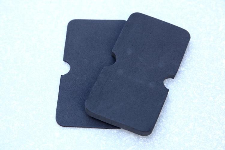 ケースの中にスマホをきっちり収めるサイズ調整の役割と、振動対策にも有効な中敷きシートが付属。厚みの違うものが2枚入っているため調整の自由度が高く、機種変更をした後も使い続けられる。