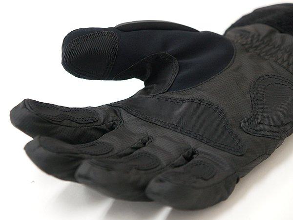 雨天走行時は濡れたグリップがすべりやすく、つい力強く握ってしまうもの。滑り止めがついたこのグリップなら手の疲れがない。