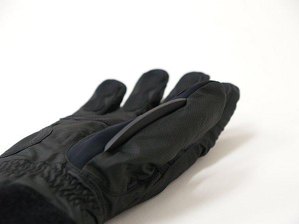 左右グローブの親指のつけ根部分には雨天時のヘルメットシールドから水をかき落とすシールドワイパーを装備。これは非常に重宝する。